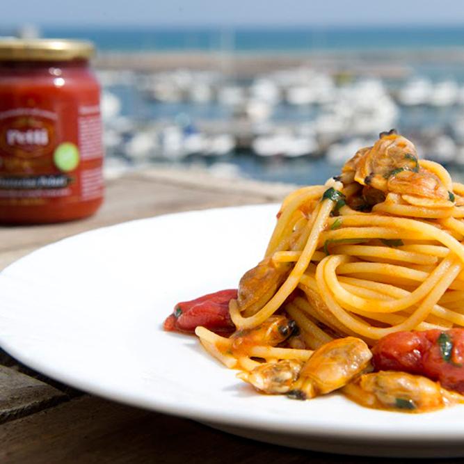 Spaghettoni con vongole veraci e datterini bio: la ricetta | Pomodoro Petti