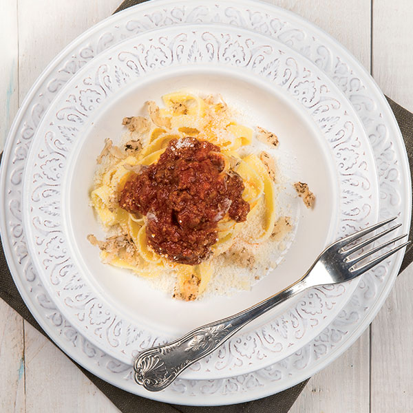 Tagliatelle with fassona meat ragù̀ and truffle | Petti Tomato - Petti Recipes