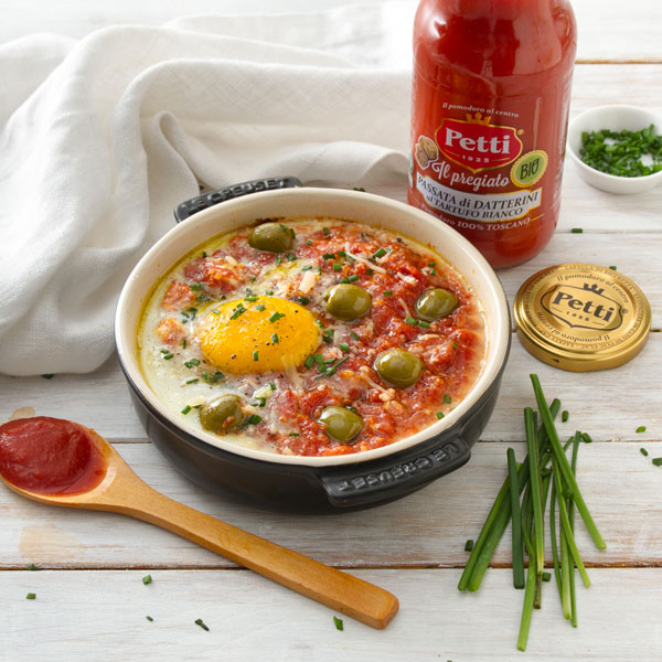 Cocotte with tomatoes, eggs, olives, chives | Petti Tomato - Petti Recipes